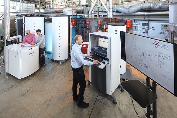 Ein Mann forscht am Computer im Bereich der Effizienten Energienutzung